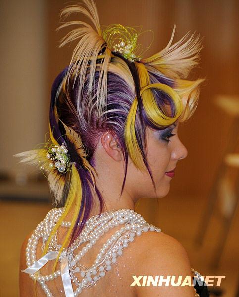 Seorang model sedang mempamerkan fesyen rambut yang direka fesyen oleh ...