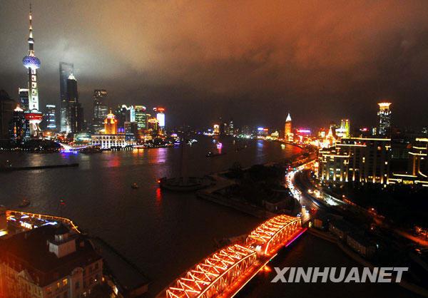 Pemandangan waktu malam di muara Sungai Suzhou.