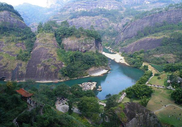 Gunung wuyi ini terkenal kerana adanya sungai jiuqu dan bentuk muka